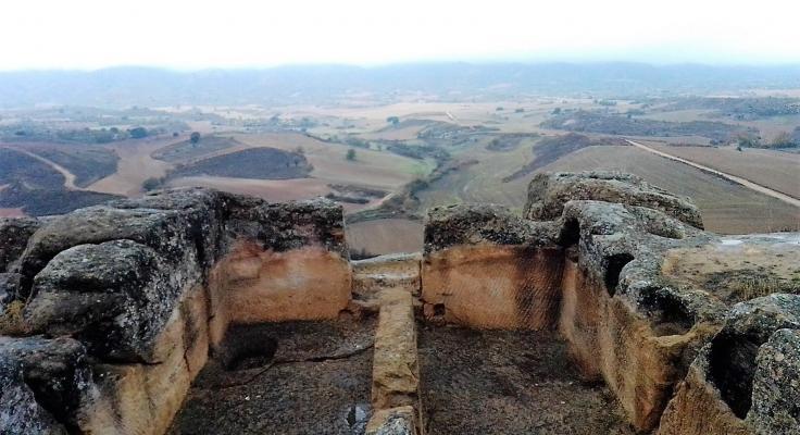 Edificio excavado en la roca con vistas al Valle de Altomira, desde La Cava de Garcinarro (Cuenca)